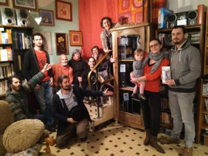 L'équipe de Défis devant la vitrine présentant les ordinateurs reconditionnés, recyclerie l'Effet Papillon, Baud